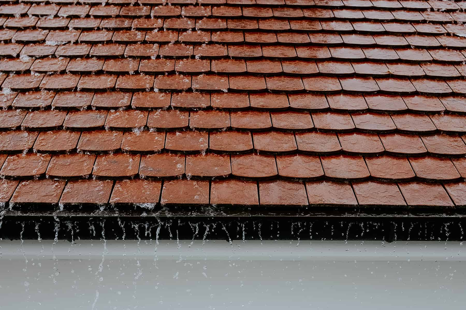 протечки вентиляции крыши во время сильного дождя